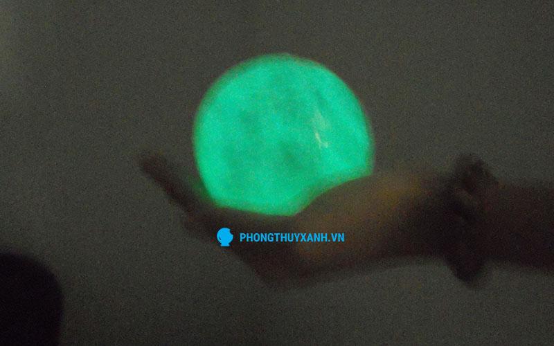 Qủa cầu phong thủy đá dạ quang xanh - Tỏa ánh sáng xanh nhạt trong bóng tối