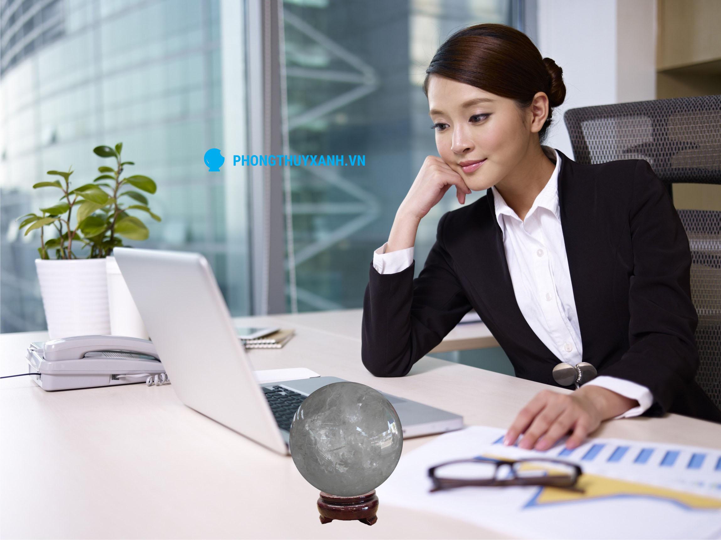 Qủa cầu phong thủy đá thạch anh trắng: cách đặt trên bàn làm việc