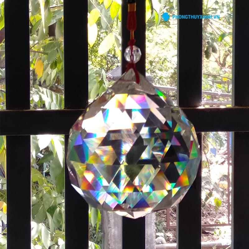 Dưới ánh nắng mặt trời, quả cầu vát cạnh tán khí như một viên kim cương lung linh bảy sắc cầu vồng, rất đẹp!