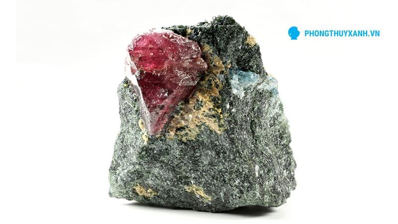 Ruby thô, mới được khai thác lên từ mỏ - Phong Thủy Xanh
