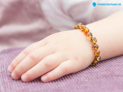 Vòng tay hổ phách dành cho em bé - Phong Thuỷ Xanh